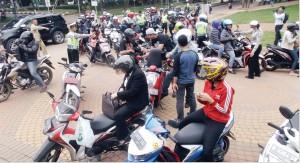 TERTIB BERKENDARA: Puluhan pengendara yang melintasi UI diarahkan oleh petugas untuk lebih dulu diperiksa kelengkapan berkendaranya. Hari itu, jajaran Polresta Depok menggelar razia kendaraan skala besar