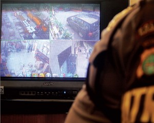 EKSTRA KETAT: Pemerintah Kota Depok menyiagakan kamera pengawas alias CCTV di tiap ruangan penyimpangan naskah soal UN. Selain itu, polisi juga disiagakan hingga hari terakhir pelaksanaan UN