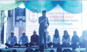 SEMANGAT HADAPI UN: Wakil Walikota Depok, Idris Abdul Shomad memotivasi siswa menjelang Ujian Nasional, di Lapangan SMK Perintis Depok, kemarin