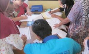 AKTA GRATIS: Petugas Didukcapil Kota Depok tengah melayani warga yang akan mendaftar pada program pembuatan akta kelahiran Gratis di Kantor Lurah Rangkapan Jaya Baru, Kecamatan Pancoranmas