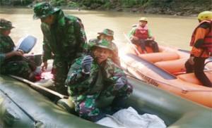 MENINJAU: Pangdam Jaya/Jayakarta Mayjen TNI Agus Sutomo meninjau kegiatan bebersih Sungai Ciliwung. kemarin