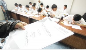 SERIUS UN : Sejumlah siswa mengikuti Ujian Nasional Paket C di Lembaga Pemasyarakatan Pondok Rajeg, Cibinong, Senin (13/4). Sebanyak 13 peserta didik tingkat menengah binaan Sekolah Master mengikuti UN hari pertama guna mendapatkan kesetaraan pendidikan setingkat SMA.