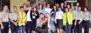 BERI CINDERAMATA: Kepala Bagian Operasional Polresta Depok, Kompol Tri Yulianto memberi cinderamata kepada puluhan mahasiswa Universitas Leiden, Belanda yang kemarin menyambangi Mapolresta Depok.