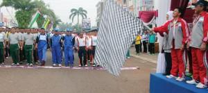 DEPOKLEPAS START: Walikota Depok, Nur Mahmudi Isma'il saat melepas bendera start, pada pembukaan Pekan Olahraga Pemerintah Kota (Porpemkot) Depok di kawasan Perumahan Grand Depok City, kemarin pagi