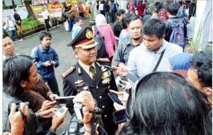 BERI KETERANGAN: Kapolres Depok, Kombes Ahmad Subarkah kala memberi keterangan pers kepada awak media soal kasus tewasnya seorang tahanan, di Balaikota Depok,