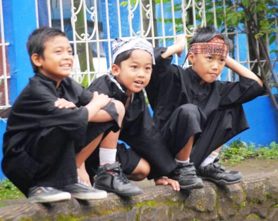 Anak-anak SD setiap Rabu harus menggunakan pakaian adat Sunda.
