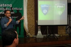 JELANG LAUNCHING : Pengurus dan pemain Persipasi Bandung Raya (PBR) berkumpul di RM Wulan Sari, tadi malam. RISKY/RADAR BEKASI