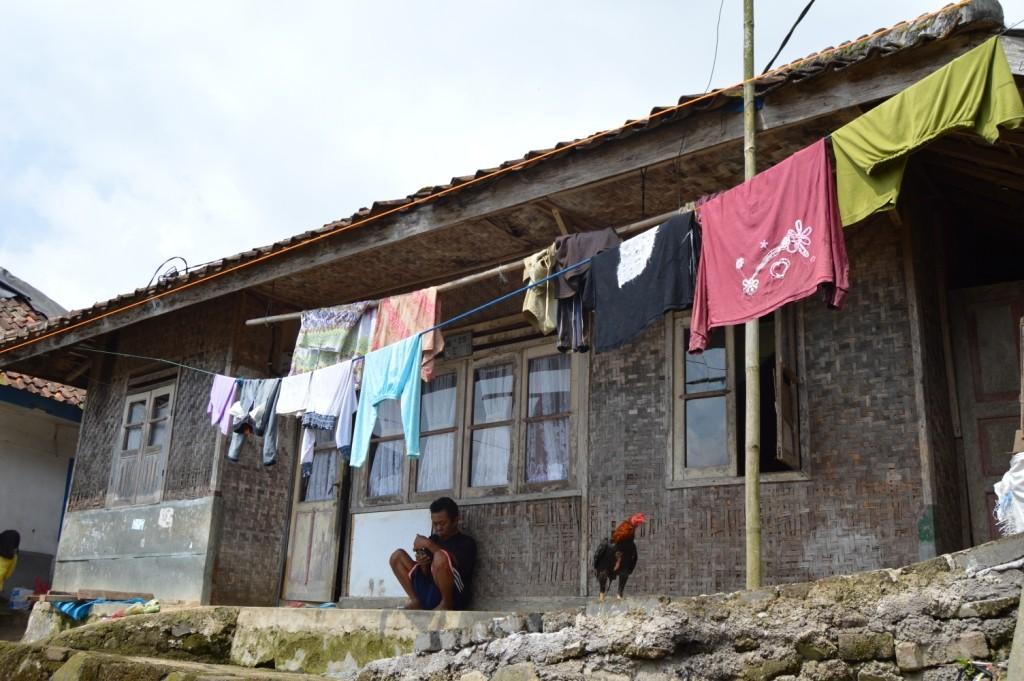 MEMPRIHATINKAN : Ratusan rumah di Desa Ciherang sudah tidak layak huni. Foto : Farhan : Radar Cianjur / Pojoksatu.id)