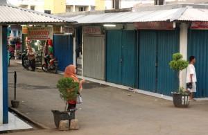 TUTUP : Beberapa kios di Pasar Sumber Arta tampak tutup kemarin. Retribusi pasar selama ini menjadi salah satu sumber PAD di Dinas Perekonomian Rakyat (Dispera). RISKY/RADAR BEKASI
