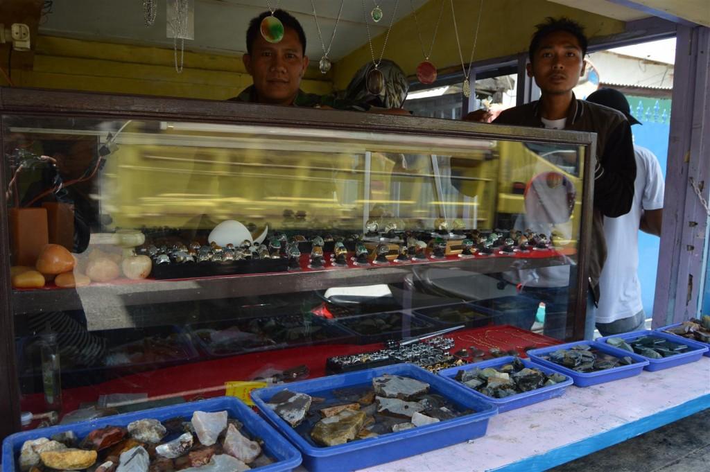 SAMBILAN: Anggota Armed Cipanas Serma Abdul Haris buka Galeri Batu Akik disela-sela bekerja.