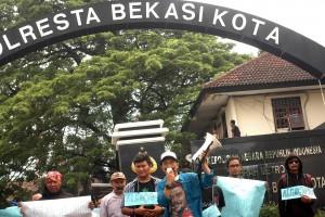 UNRAS : Forum Jurnalis Bekasi (FJB) melakukan unjuk rasa di Polresta Bekasi Kota mendesak Kapolres segera menangkap dalang pemukulan terhadap wartawan Radar Bekasi, Randy beberapa waktu lalu. RIZKY/RADAR BEKASI
