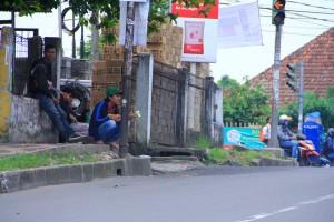 BUTUH ATURAN: Pengamen yang masih ABG nongkrong di pinggir jalan.