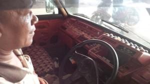 FULL AKIK: Syarif menempelkan batu akik di bagian dashboard angkotnya.