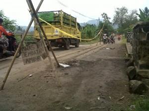 BERBAHAYA : Setiap pengendara wajib berhati-hati saat melintasi jembatan perlintasan Desa Sukamulya-Cijagang karena kondisi jembatan nyaris ambruk.
