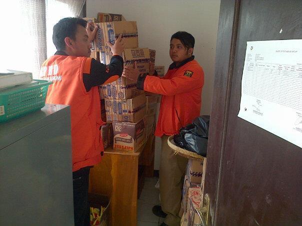 BPBD Sukabumi saat mengumpulkan logistik.