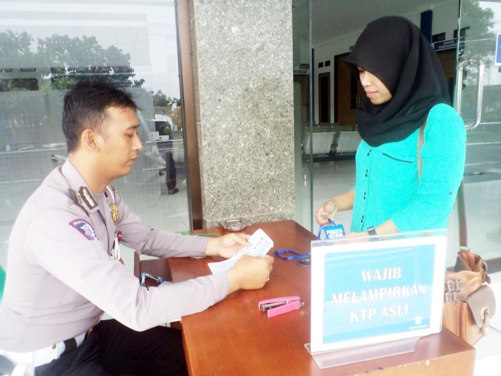 CEK KTP : Setiap pemohon SIM wajib melampirkan KTP asli sesaat sebelum mengikuti uji SIM. Foto: Iyas/Pojoksatu.id