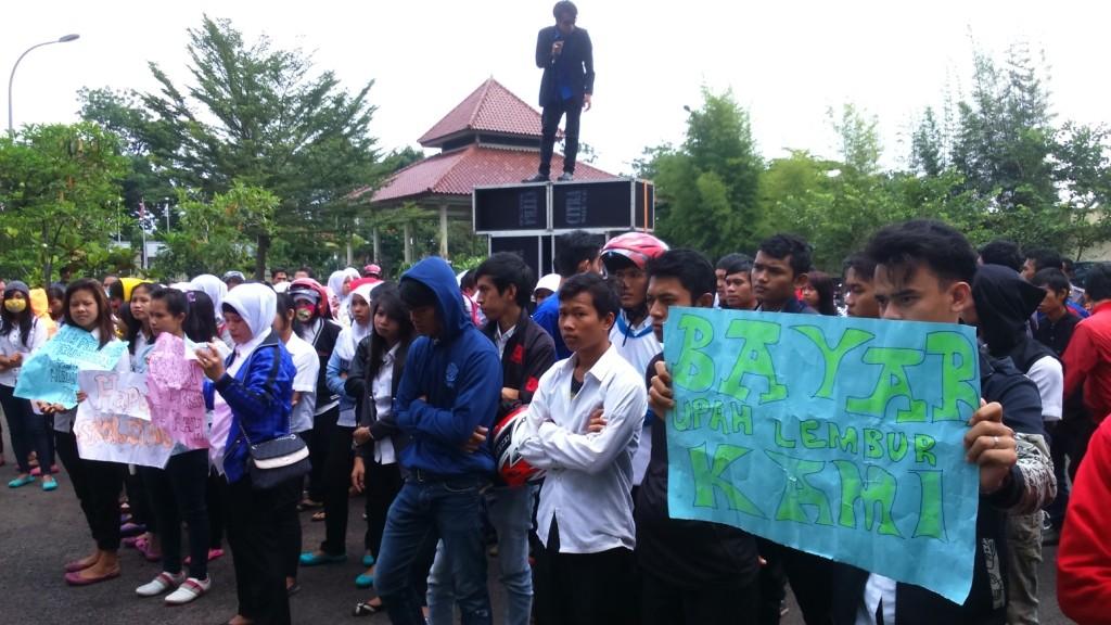 UNJUK RASA : Ratusan buruh PT Icon Garmindo mengaadu ke DPRD Cianjur karena hak normatifnya tak dipenuhu. Foto : Guruh/Pojoksatu.id
