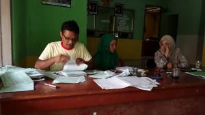 BELUM LUNAS: Staf Desa Sukaraksa sedang memeriksa berkas pajak PBB yang sudah disetor warga.