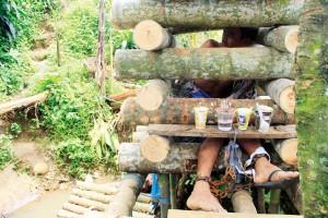 DIPASUNG: Hidayat (37), warga Kampung Cibereum Tanjakan, Desa Petir, harus hidup dalam pasungan karena mengalami gangguan jiwa.