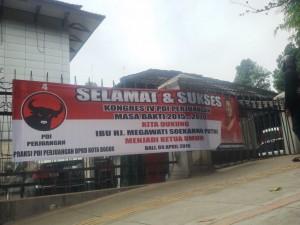 DUKUNGAN: Spanduk yang terpasang di depan kantor DPC PDIP Kota Bogor berisikan dukungan kepengurusan DPP PDIP pimpinan Megawati.