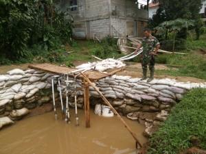 TETAO BERLANJUT: Anggota Koramil Rumpin menunjukan lokasi pembendungan saluran irigasi yang dilakukan PT Jaya Abadi Farm di Kampung Pabuaran, Desa Gobang, kemarin.