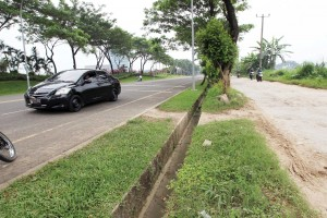 BERBEDA: Jalan alternatif menuju Sentul City masih berbatu. Sedangkan, jalan penghubung SiCC mulus, kemarin.