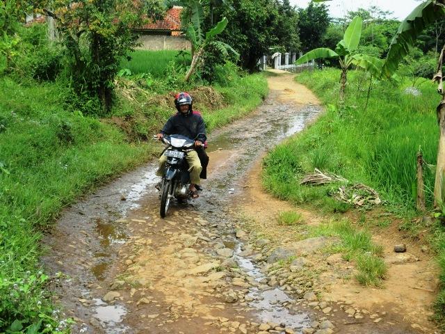 BURUK: Tampak terlihat jalan Perbatasan Desa Cimanggu dan Desa  Girimulya yang kondisinya rusak berat. Foto : Riki / Radar Cianjur / Pojoksatu.id