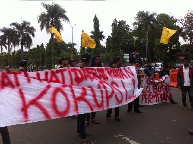 PROTES: Massa berorasi di Jalan Tegar Beriman menuntut kasus dana BBM DKP diusut tuntas.