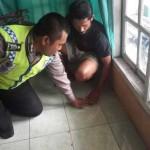 LANTAI PANAS : Polisi saat cek lantai rumah kos milik Tejo yang tiba-tiba mengeluarkan hawa panas.