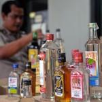 MASIH DIJUAL BEBAS: Sejumlah minuman beralkohol disita polisi dalam razia yang dilakukan beberapa waktu lalu.