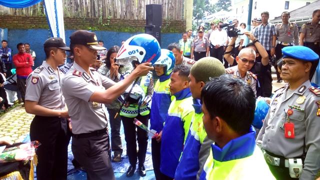 SIMBOLIS : Kapolres Cianjur, AKBP Dedy Kusuma Bakti saat memberikan helm gratis kepada 15 pangkalan ojek di Kota Cianjur, Karang Tengah dan  Cilaku Senin (13/4).