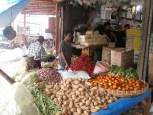 TERUS MELAMBUNG: Salah seorang pedagang sayuran di Pasar Parung sedang menunggu pembeli yang kian berkurung akibat harga terus naik, kemarin.