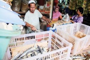 RAWAN FORMALIN: Salah satu pedagang ikan di Pasar Dramaga, terus dipantau agar tidak ada pedagang yang menjual bahan makanan mengandung formalin.