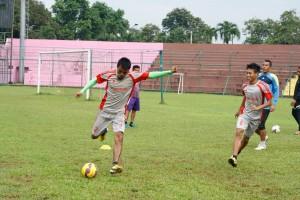DEMI HASIL MAKSIMAL : Para pemain Persikabo Bogor melakukan latihan di Stadion Persikabo, belum lama ini. Tim berjuluk Laskar Padjadjaran ini kabarnya mendapat dua sponsor untuk arungi Divisi Utama Liga Indonesia 2015.