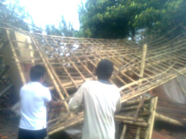 AMBRUK : Eman bersama warga mencoba untuk memperbaiki rumah yang ambruk akibat terjangan puting beliung.