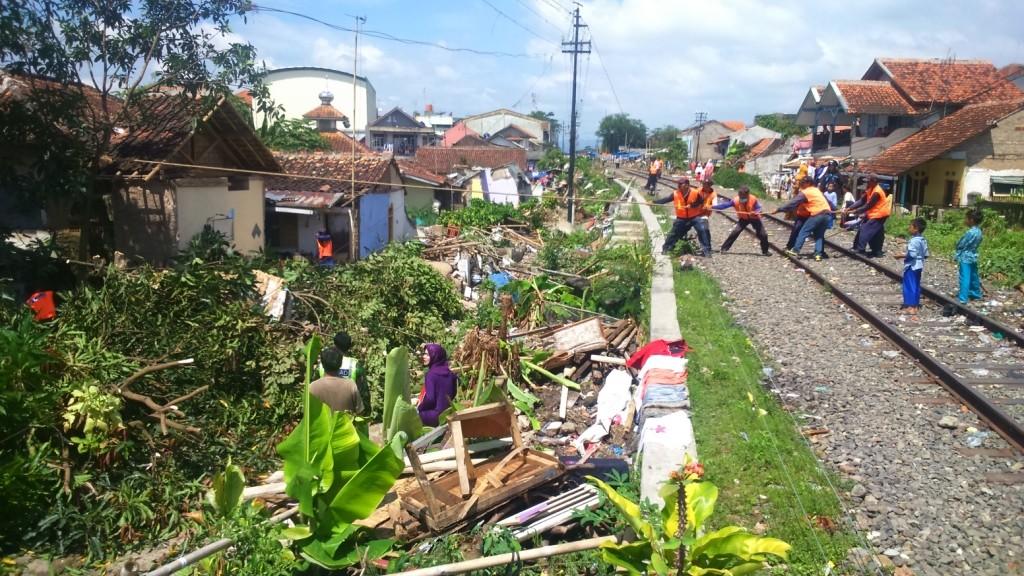 DIRATAKAN: Sebagai upaya perluasan jalur Kereta Api (KA) pihak DAOP 2 Bandung meratakan rumah dan pohon di sekitar jalur yang bakal dilalui KA jurusan Bandung-Cianjur ini.