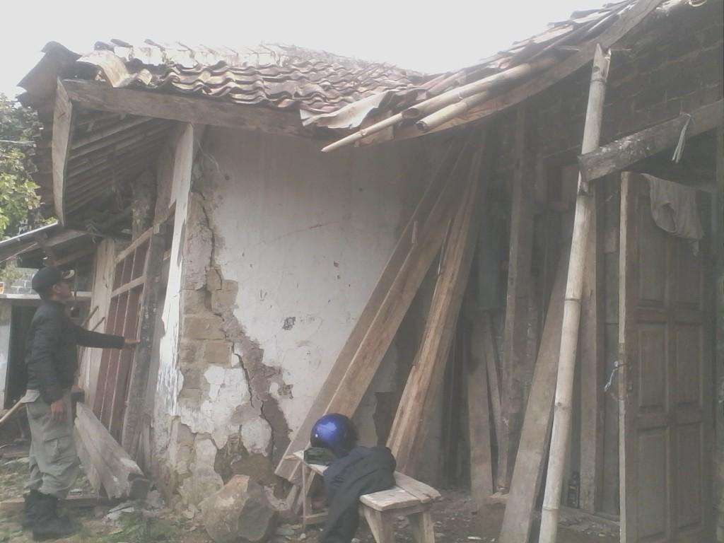 HANCUR : Belasan rumah rusak akibat longsor Cipanas.