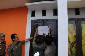 TEGAS: Satpol PP menyegel salah satu bangunan di Perumahan Bojong Gede Resident, kemarin.