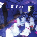 SIDAK: Bupati Sukabumi, Sukmawijaya saat memantau proses KBM ratusan siswa SDN Tunas Harapan di tenda darurat Kampung Panagan, Desa Sukaharja, Kecamatan Warungkiara, Kabupaten Sukabumi, kemarin (20/4).