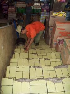 MANUAL: Petugas linmas memperbaiki sendiri lantai tangga yang rusak di Pasar Bogor, beberapa waktu lalu.