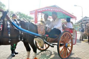 Suranto naik kendaraan andong menyambangi kantor PDIP, Hanura, dan PPP.