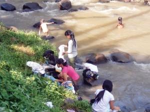 KOTOR: Warga Kampung Limus, tua, remaja, dan balita MCK di Sungai Cipinang Gading yang airnya kini sudah tak jernih dan terkadanf berwarna-warni.