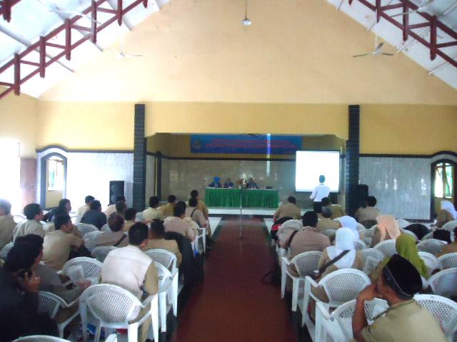 DIKELUHKAN : Puluhan kades mengikuti bimtek membahas materi 'Peningkatan Infrastruktur Pedesaan dan Tunjangan Penghasilan Aparatur Pemerintah Desa se-Kabupaten Cianjur.