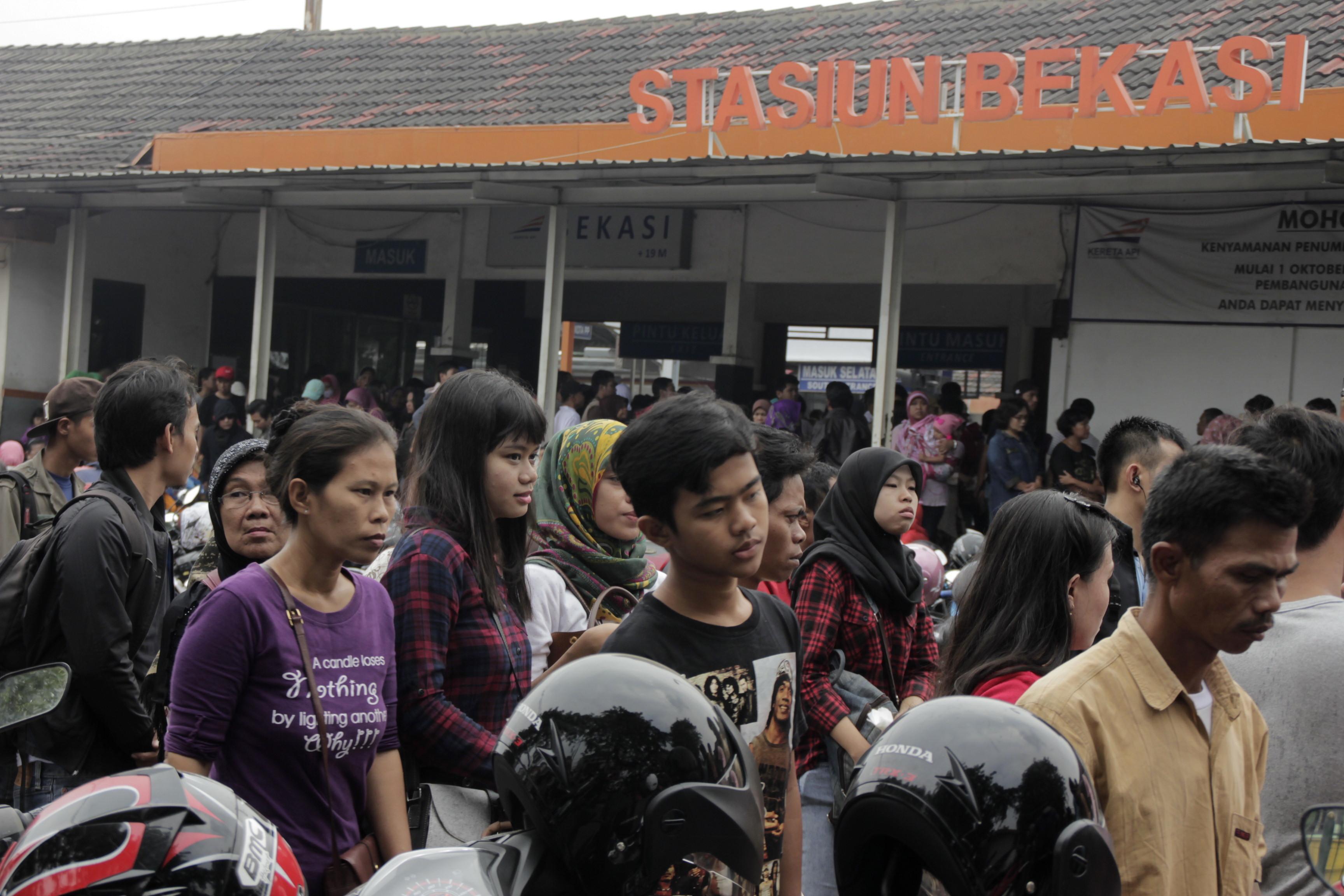 PENUMPANG MENUMPUK : Ratusan penumpang KRL di Stasiun Bekasi menumpuk akibat keterlambatan kedatangan kereta api yang mengalami gangguan di Manggarai, Jumat (1/5). ARIESANT/RADAR BEKASI