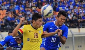 DUEL : Pemain Persib Bandung, Ahmad Jupriyanto terlibat duel dengan pemain Kitchee SC saat bentrok dalam 16 besar AFC di Stadion Si Jalak Harupat, Soreang, Kabupaten Bandung, Rabu (27/5).
