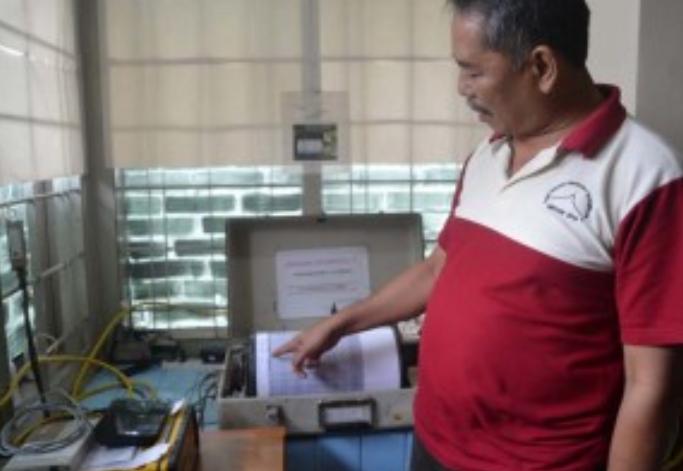 CEK SEISMOGRAF: Petugas Pos Pengamatan Gunung Ciremai, Iyus Rushana menunjukkan cara kerja seismograf ketika medeteksi bencana yang terjadi.