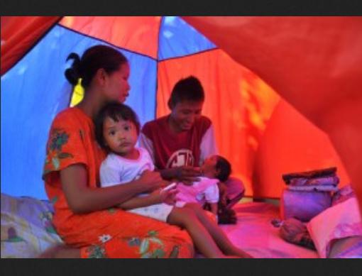 Keluarga Yuliana hidup di tenda