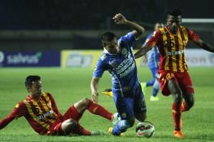 LAGA: Tantan saat dalam laga uji coba Persib Bandung versus Selangor FA. Persib mengharapkan kekurangan tim sudah teratasi saat Persib menghadapi Kitchee SC di 16 Besar AFC Cup