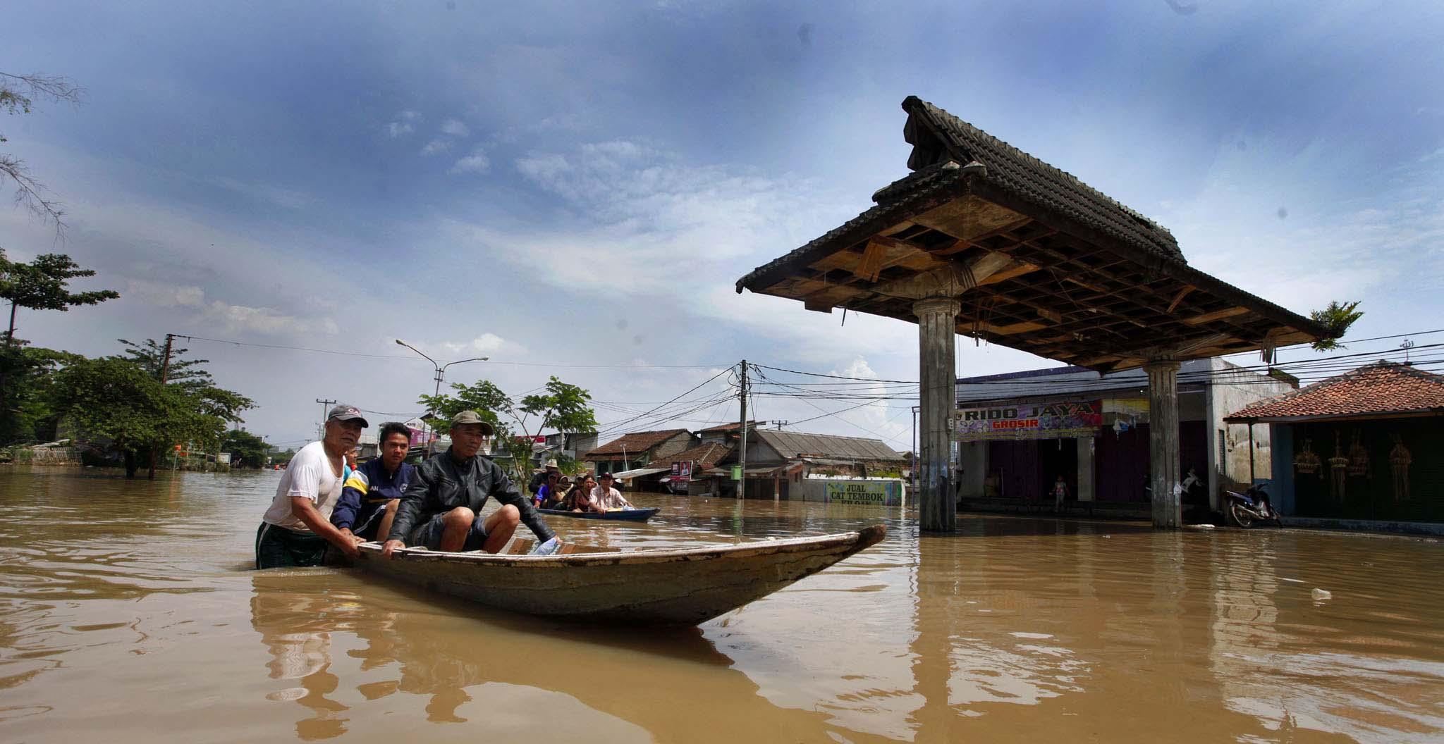 Warga Kampung Cieunteung, Desa Baleendah, Kecamatan Baleendah, Kabupaten Bandung mengevakuasi satu keluarga yang terjebak banjir. Dok