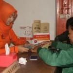 MENINGKAT : Seorang warga tengah mengambil uang kiriman dari Qatar di Kantor Pos Sukabumi Jalan A Yani, kemarin. Foto:ikbal/radarsukabumi
